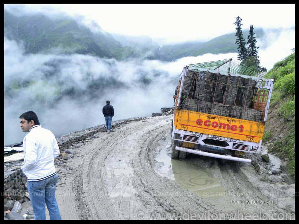 A road full of slush to Rohtang Pass