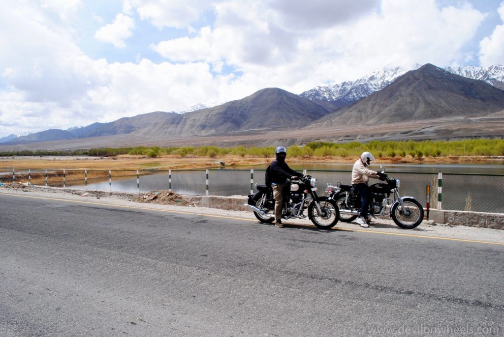 Taking a stop on the way to Magnetic Hill from Leh