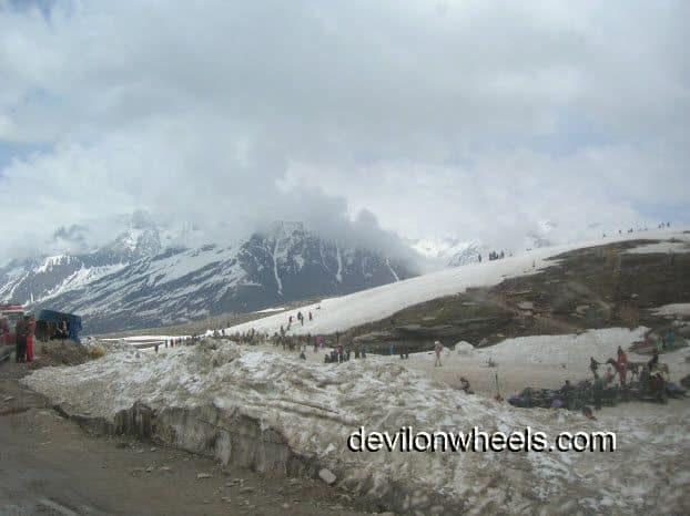 Partial view of Rohtaang Pass with tourists all around