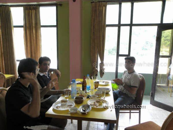 Lunch at Roti Restaurant near Mandi on the way to Manali