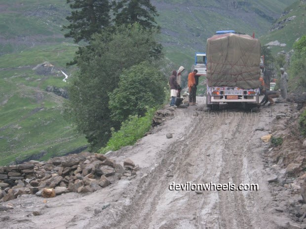 Trucks finding difficult to climb to Rohtang Pass