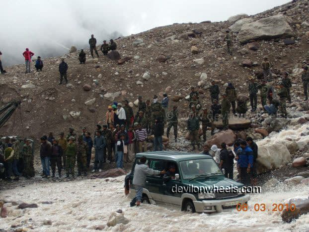 Car stuck in violent Nullah at Zingzing bar on Manali - Leh National Highway